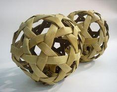 Flax Woven Ball (with bell inside) Flax Weaving, Bamboo Weaving, Willow Weaving, Weaving Art, Basket Weaving, Flax Flowers, Maori Designs, Maori Art, Kiwiana