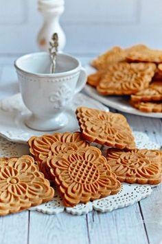 Sweets desserts - Mézes mesekeksz bögrésen kekszpecséthez is Hungarian Desserts, Hungarian Recipes, Creative Cakes, Creative Food, Cookie Recipes, Dessert Recipes, Delicious Desserts, Yummy Food, Biscuits