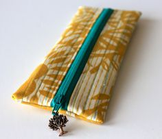 Sweet Verbena: Charmed Pencil Pouch Tutorial and an Etsy Shop! Actually thinking about turning this style of pencil pouch into a fanny pack. looks easier. Easy Sewing Projects, Sewing Hacks, Sewing Tutorials, Sewing Crafts, Tutorial Sewing, Bag Tutorials, Fabric Crafts, Paper Crafts, Diy Crafts