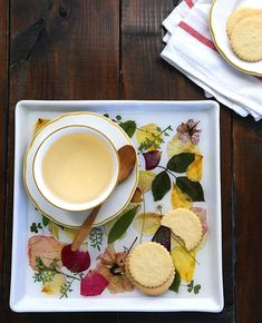 Poppytalk: 9 Weekend Projects to Try - Make a Pressed Rose Petal Tray by Say Yes to Hoboken Weekend Projects, Projects To Try, Garden Projects, Luminaria Diy, Diy And Crafts, Crafts For Kids, Dried Rose Petals, Dried Flowers, Paper Flowers