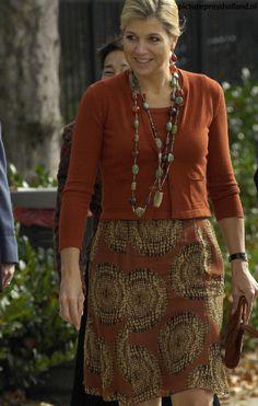Wat staat onze koningin de warmere tinten mooi!! Gedragen in 2007.