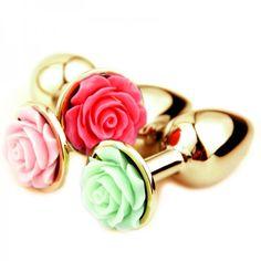 Plug anal pequeno de metal dourado com flor lapidada em sua base - Plug anal de luxo em alumínio dourado, com formato cônico, feito em alumínio fundido e polido a mão, possui em sua base uma flor lapidada em alto relevo em diversas cores,pode se aproveita