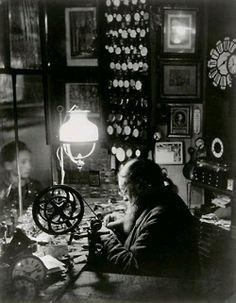 windandlight:    Brassaï,L'horloger de la rue Dauphine, ca 1932-1933(source: rmn)