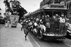 Foliões andam de bonde durante o carnaval no Rio de janeiro, março de 1951.