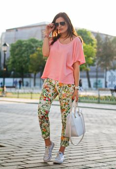 Comfy outfit: pink tee and flower pants Classic Outfits, Casual Outfits, Fashion Outfits, Womens Fashion, Looks Con Converse, White Converse Outfits, White Chucks, Zara, Vogue