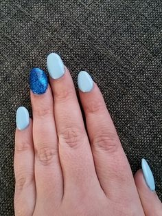 Nagels licht blauw en blauwe glitters