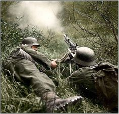 Two Gebirgsjägers (mountain infantry) manning an machine gun. An entire corps was formed in Norway by Its divisions were lightly equipped, with much of the transport provided by mules. These mountain infantry were equipped with fewer. Military Photos, Military Art, Military History, Colorized Photos, Ww2 Photos, German Soldiers Ww2, German Army, Luftwaffe, Mg34