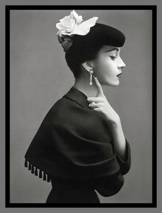 Elegance Model is wearing Cristóbal Balenciaga's suit with capelet of black silk satin matelassé. Photographed by Richard Avedon. Vintage Vogue, Vintage Glamour, Moda Vintage, Vintage Beauty, Vintage Models, Moda Fashion, 1950s Fashion, Fashion Models, Icon Fashion