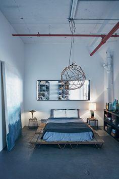 O quarto de ares despojados tem cama feita de pallets