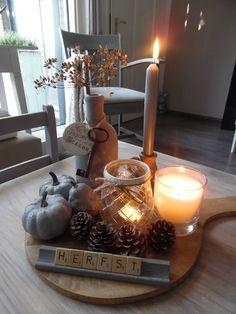 Met een plateau met kaarsen en andere decoratie creëer je eenvoudig een knusse sfeer
