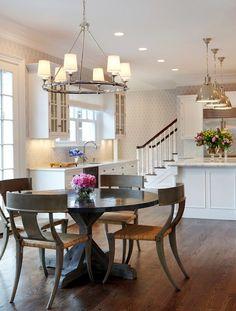 Семейный обеденный стол с круглой столешницей на кухне