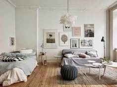 sol en planchers en bois clair, murs blancs et tapis beige, plan studio 20m2