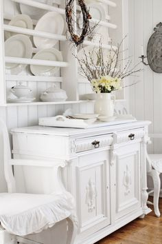 Shabby Chic - display for beautiful plates