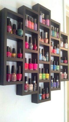 Organizando los barnices de uñas en una original estantería.