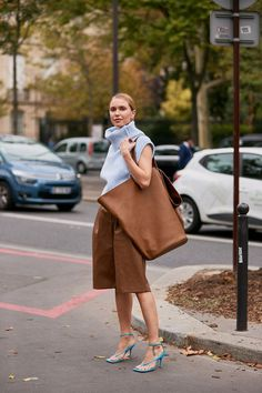The Latest Street Style From Paris Fashion Week - Paris fashion week street style spring 2020 - Paris Fashion Week Street Style, Printemps Street Style, Spring Street Style, Cool Street Fashion, Paris Street, Street Chic, London Fashion, Moda Fashion, Big Fashion