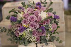 Fialová svadobná kytica z ruží a frézií podložená éterickým eukalyptom