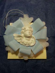 Coccarda Nascita con Angelo in gesso bianco porcellanato.