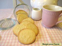 Deliziosi biscotti semplici, leggeri e fragranti, preparati senza uova e con soli 3 ingredienti: semplici in tutti i sensi! Un solo punto WW per biscotto!
