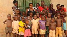 37 tuổi sinh 38 người con   Một người phụ nữ ở Uganda đã sinh hạ được tận 38 người con mặc dù cô chỉ mới có 37 tuổi.  ảnh minh họa  Mariam Nabatanzi đều sinh con ở nhà. Chỉ trừ lần gần đây nhất khi cô phải vào bệnh viện để mổ đẻ. Em bé giờ đã bốn tháng tuổi và rất khoẻ mạnh.  Mariam đã sinh được sáu cặp sinh đôi bốn cặp sinh ba và ba cặp sinh bốn. Hiện cô đã có mười con gái và 28 người con trai. Con cả của cô giờ cũng đã 23 tuổi và đứa nhỏ nhất chỉ mới bốn tháng tuổi.  Mariam kể khi cô chỉ…