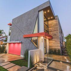 O constructie minimalista unde ferestrele completeaza perfect paleta de culori si materialele alese.