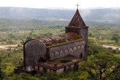 La vieille église de l'ancienne station climatique du #bokor #kampot #cambodge. Pour en savoir plus: https://voyager-au-cambodge.com/sites-a-visiter/kampot