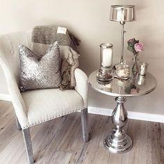 In Madis room Cream Living Room Decor, Cozy Living Rooms, Living Room Grey, Formal Living Rooms, Decor Interior Design, Room Interior, Hallway Table Decor, Crown Decor, Petites Tables