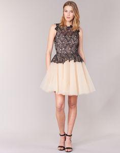 On craque complètement pour cette robe courte de la marque Derhy ! Son tissu effet dentelle superposé sur une partie jupe bouffant est tout ce qu'il y a de plus poétique et féminin. Cette création d'été saura parfaitement vous mettre en valeur.  - Couleur : Noir / Beige - Vêtements Femme 115,00 €