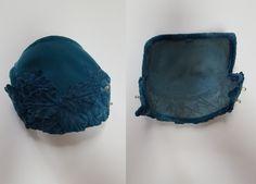 des années 1950 chapeau de cocktail qui a beaucoup plus belle pour lui! Teinte bleu-vert magnifique, Notice texturé, applique style glamour hollywoodien classique. Pas de tags ou étiquettes.   C O N D I T I O N Très bon état général, quelques petites traces d'usure (quelques dépliants de collecte de fonds sur les bords, une perle ou deux peut être manquant (pas sûr combien était là à l'origine, ou si c'est tout!) Voir photos pour plus de détails.  M E A S U R E M E N T S Taille unique…