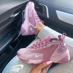 a53d4f94f3 Yessss to this colour way 🔮 #whatsurgirlwearing Nike Női, Nike Cipő, Tenisz ,