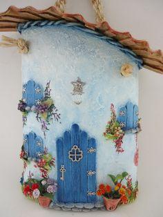 Telha decorada - Colonial com telhado - técnicas: pintura à óleo, modelagem em massa epox, porta e janelas em palitos de sorteve, resina, peças de bijuteria e alça em macrame.