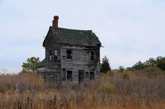 Note similarities between this and abandoned house Old Abandoned Buildings, Abandoned Castles, Abandoned Mansions, Old Buildings, Abandoned Places, Haunted Places, Old Farm Houses, Ghost Towns, Historic Homes
