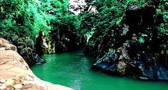 Tempat wisata Leuwi Jurig ini terletak di Garut yang mirip dengan Grand Canyon, dialokasi wisata ini kita bisa berenang sambil menikmati keindahan alam di Leuwi Jurig.