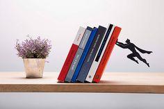 Supershelf: um aparador de livros de super-herói que dá a sensação de que está flutuando no ar;