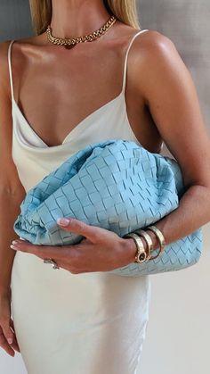 The Pouch: A it bag que conquistou as celebridades - Fashion à Porter Fashion Handbags, Fashion Bags, Fashion Accessories, Womens Fashion, Fashion Trends, Moda Fashion, Fashion Fashion, Runway Fashion, It Bag