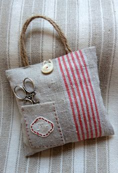 Sewing Kit - very cute idea . Fabric Crafts, Sewing Crafts, Sewing Projects, Sewing Box, Sewing Notions, Lavender Bags, Needle Book, Couture Sewing, Linen Bag