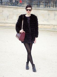 Défilé Guy Laroche aux Tuileries  Son manteau en fourrure recouvre délicatement sa mini robe en tartan. So British !  Crédits : Sarah Aubel pour Be