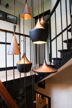 "Dans l'escalier, accumulation de suspensions ""Beat Light""... - ThingLink"