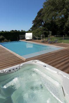 Le débordement par l'esprit piscine 11,25 x 5 m Revêtement gris clair Débordement sur margelles en pierre bleue Plage en ipé