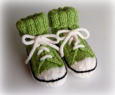 Helemenkerrääjä puikkoviidakossa: Vauvan tennarisukat Knit Baby Shoes, Knit Baby Dress, Baby Boots, Crotchet Patterns, Baby Knitting Patterns, Crochet For Kids, Knit Crochet, Baby Converse, Knitted Booties