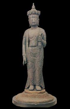 平安時代・11世紀/像高180・7cm 神奈川・弘明寺蔵 宝城坊薬師三尊像とならぶ鉈彫初期の代表的な像である。弘明寺像の制作時期は表現が穏やかであることから11世紀と推定されるが、頭の十一面から足先、手先、天衣、左手の水瓶に至るまで一本のケヤキから造り、内刳りもしておらず、平安時代初期の一木彫刻の古い伝統に基づいて制作されたことがわかる。