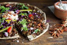 Το λαχματζούν είναι η πίτσα της Ανατολής, πιό εύκολο από ποτέ αλλά και πιο κοντά στο αυθεντικό, το χωριάτικο φύλλο ολικής άλεσης είναι η ιδανική βάση!