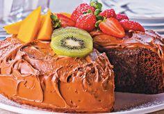 O recheio desse bolo leva kiwi e morango combinado com leite condensado e creme de leite. Fica cremosissimo!