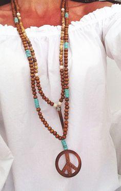 sautoir boho chic collier style mala perles bois, turquoise et pendentif peace and love en bois- boho necklace wooden peace pendant par Bohemiaspirit sur Etsy https://www.etsy.com/fr/listing/232510659/sautoir-boho-chic-collier-style-mala