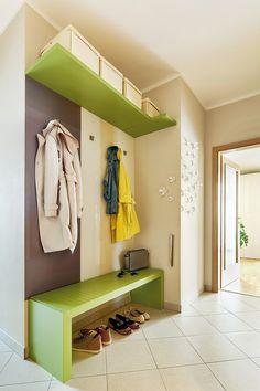 Lavice v předsíni už zažila několik vtipných situací. Je to taková designová legrácka od značky Lago: na pohled působí lavička tvrdě, při dosednutí se ale tvarově přizpůsobí. Kytičky na stěně lze snadno změnit, na fixní úchytky si Karolína podle ročního období a nálady připevňuje lístečky nebo vážky. Entryway Bench, Loft, Cabinet, Storage, Furniture, Design, Home Decor, Houses, Lofts