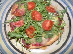 pizza con bresaola, fontina, rucola e pomodorini