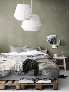 De vita LAKHEDEN lamporna hänger med en svävande känsla över sängen. Det är fint att kombinera två storlekar för en lager-på-lager effekt, på samma sätt som man adderar textilier på sängen. Mjukt påslakanset FÄRGLAV och påslakanet MALOU, ligger som ett överkast över fotänden på sängen.