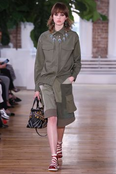 See all the Collection photos from Valentino Spring/Summer 2018 Resort now on British Vogue Women's Runway Fashion, Vogue Fashion, Fashion 2018, Fashion Week, Fashion Show, Fashion Design, Fashion Trends, Valentino Resort, Valentino Couture