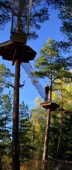 Vihreän yläradan verkkotunnelista astutaan pehmeälle verkkosillalle. #seikkailupuisto #treetopadventure #espoo #finland