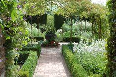 Image from http://www.orchardtimes.com/wp-content/uploads/2015/05/the-white-garden-at-sissinghurst.jpg.