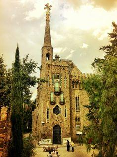 Se puede ver aquí, La Torre Bellesguard o también conocido como la Casa Figueres, construido entre 1900 y 1909. Domènic Sugreñes i Gras acabó el proyecto cuando Gaudí lo dejó.